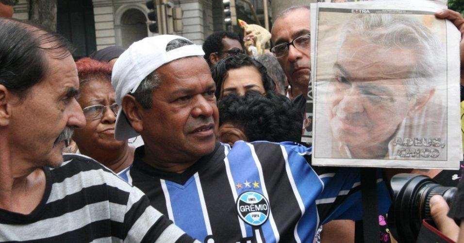 Fãs de Chico Anysio mostram jornal com foto do humorista enquanto esperam na fila para entrar no velório dentro do Theatro Municipal, no Rio de Janeiro (24/03/12)