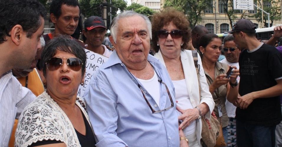 Elano de Paula, irmão mais velho de Chico Anysio vai ao velório do humorista no Theatro Municipal do Rio de Janeiro. Chico morreu na tarde de sexta-feira (23) em decorrência de falência de múltiplos órgãos (24/03/2012)