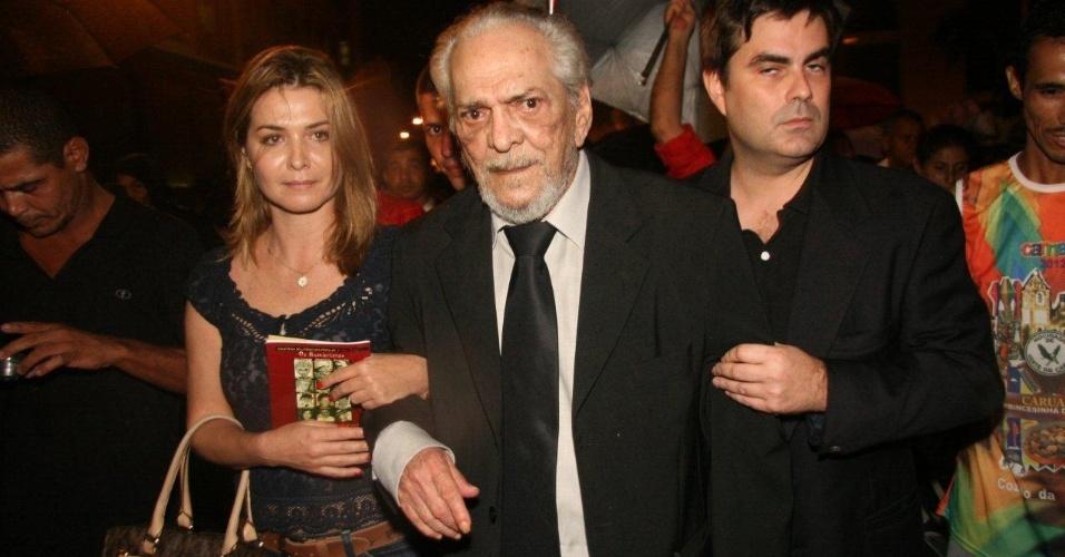 Lúcio Mauro chega ao Theatro Municipal do Rio de Janeiro para velório de Chico Anysio. Humorista morreu na tarde de sexta-feira (23) em decorrência de falência de múltiplos órgãos (24/03/2012)