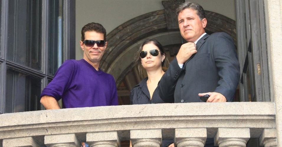 Nizo Neto, filho de Chico Anysio, aparece na sacada do Theatro Municipal do Rio de Janeiro, onde acontece o velório do pai. Humorista morreu na tarde de sexta-feira (23) em decorrência de falência de múltiplos órgãos (24/03/2012)