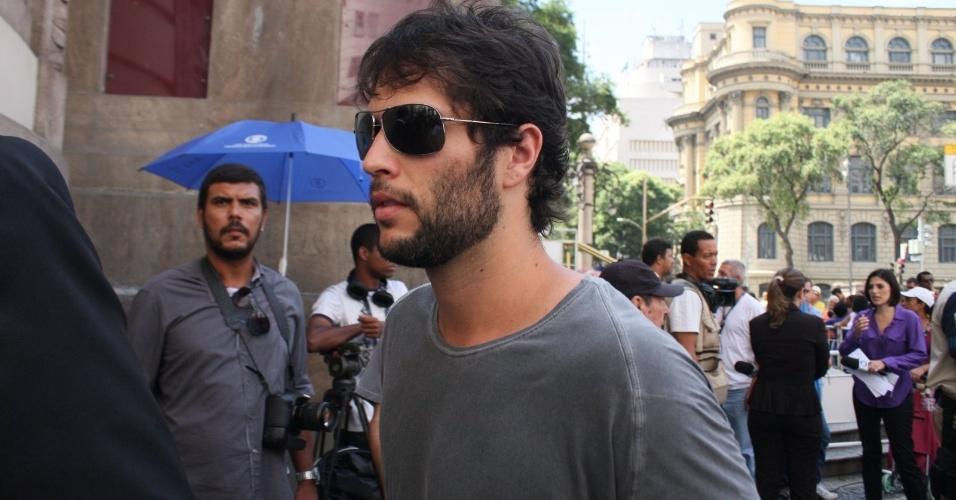 O ator Gustavo Leão chega ao Theatro Municipal do Rio de Janeiro no velório de Chico Anysio. O humorista morreu na tarde de sexta-feira (23) em decorrência de falência de múltiplos órgãos (24/03/2012)