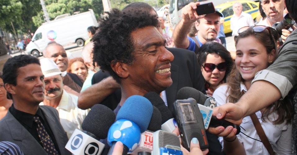 O humorista Hélio de La Pena chega ao Theatro Municipal do Rio de Janeiro para despedir-se de Chico Anysio. O humorista morreu na tarde de sexta-feira (23) em decorrência de falência de múltiplos órgãos (24/03/2012)
