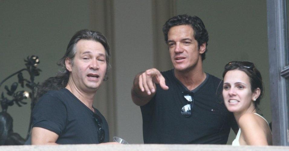 Os atores Nelson Freitas e Carlos Machado conversam no interior do Theatro Municipal do Rio de Janeiro no velório de Chico Anysio. O humorista morreu na tarde de sexta-feira (23) em decorrência de falência de múltiplos órgãos (24/03/2012)