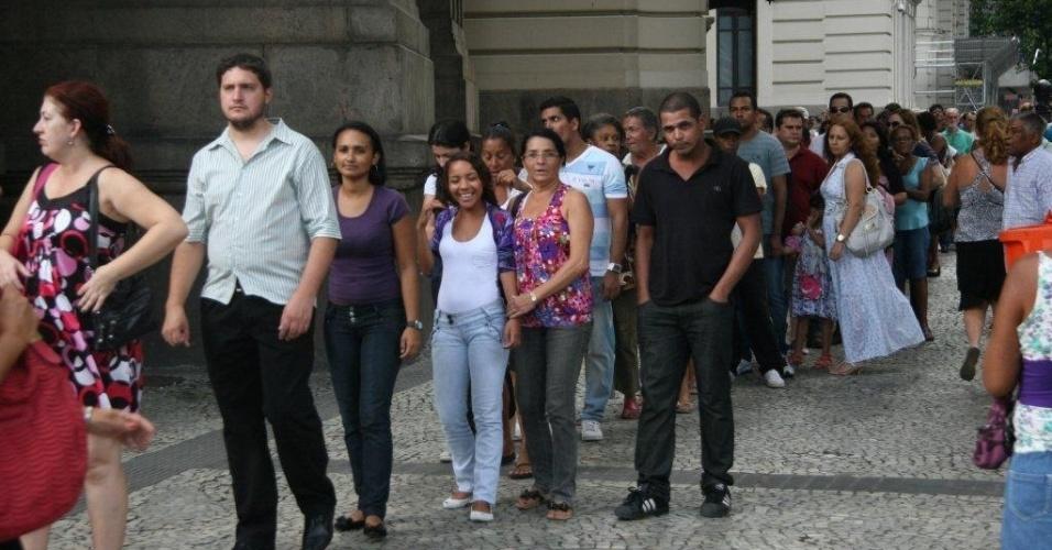 Populares formam fila para se despedir do humorista Chico Anysio no Theatro Municipal do Rio de Janeiro (24/03/12)