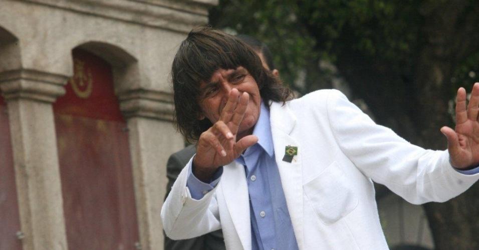 Vestido como o o cantor Roberto Carlos, fã de Chico Anysio entra no velório do humorista no Theatro Municipal do Rio de Janeiro (24/03/12)