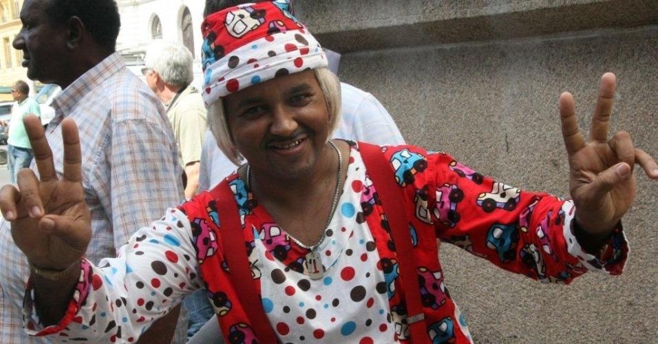 Vestido como o palhaço Tiririca, fã de Chico Anysio espera para se despedir do ídolo. O velório do humorista será aberto ao público após às 14h.