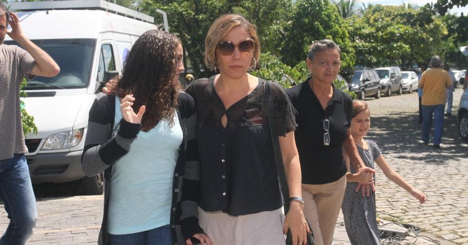 A atriz Heloísa Perissé chega ao Cemitério São Francisco Xavier, no Rio de Janeiro, para cerimônia de cremação do corpo de Chico Anysio. Evento é fechado para família e amigos próximos (25/03/2012)