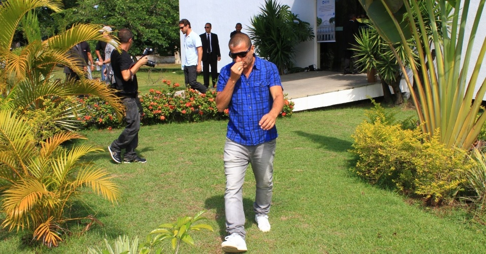 Eri Johnson deixa o crematório no Cemitério São Francisco Xavier, no Rio de Janeiro, onde o corpo de Chico Anysio foi cremado (25/03/2012)