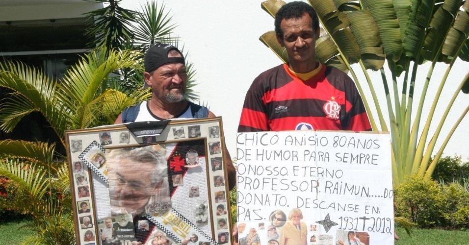 Fãs de Chico Anysio fazem homenagem ao humorista em frente ao Cemitério São Francisco Xavier, no Rio de Janeiro, onde será realizada cerimônia de cremação (25/03/2012)