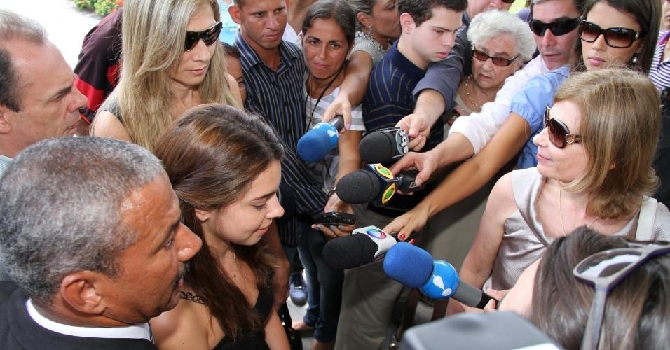 Filha de Chico Anysio com a ex-ministra Zélia Cardoso de Mello, Vitória conversa com jornalistas sobre o pai no Cemitério São Francisco Xavier, no Rio de Janeiro, para cerimônia de cremação do corpo do humorista. Evento é fechado para família e amigos próximos (25/03/2012)