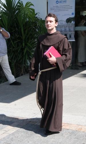 Frei franciscano deixa cerimônia de cremação do humorista Chico Anysio (25/03/2012)