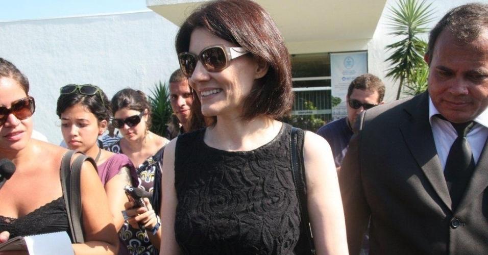 Malga Di Paula, viúva de Chico Anysio, deixa o Cemitério São Francisco Xavier após cerimônia de cremação do corpo do humorista (25/03/2012)
