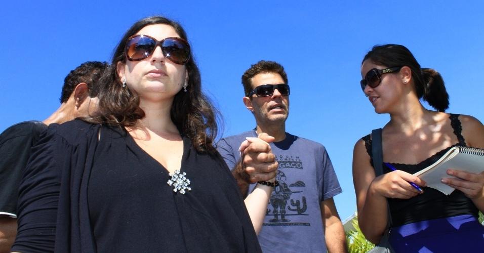 Nizo Neto deixa o Cemitério São Francisco Xavier, no Rio de Janeiro, onde o corpo do pai foi cremado (25/03/2012)