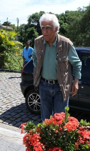 O escritor Ziraldo, amigo de Chico Anysio, chega por volta das 11h ao Cemitério São Francisco Xavier, no Rio de Janeiro, para cerimônia de cremação do corpo do humorista. Evento é  fechado para família e amigos próximos (25/03/2012)