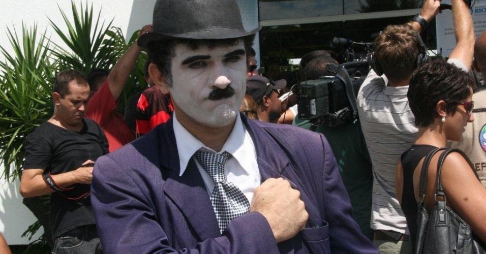 Vestido de Charles Chaplin, fã de Chico Anysio fica em frente ao Cemitério São Francisco Xavier, no Rio de Janeiro, onde será realizada cerimônia de cremação do corpo do humorista (25/03/2012)