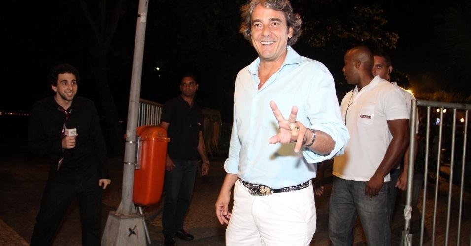 """Alexandre Borges se reúne com o elenco de """"Avenida Brasil"""" em churrascaria no Rio (26/3/2012)"""