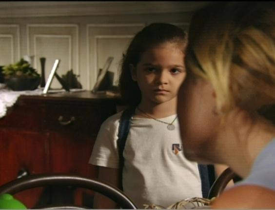 """Rita (Mel Maia) e Carminha (Adriana Esteves) brigam em cena do primeiro capítulo de """"Avenida Brasil"""""""