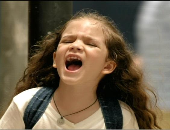 Rita (Mel Maia) corre para avisar o pai