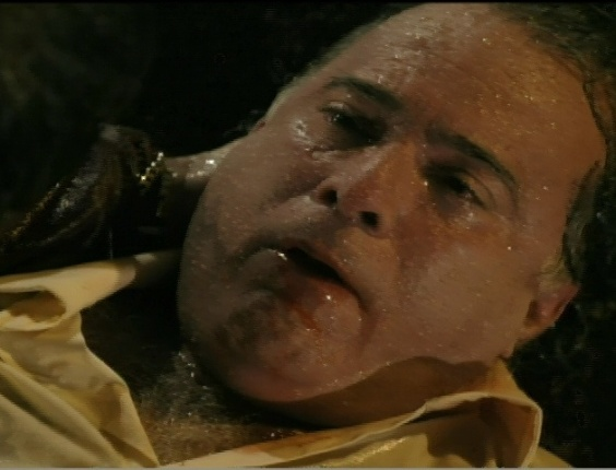 Tentando falar o nome de Carminha (Adriana Esteves), Genésio (Tony Ramos) morre nos braços de Tufão (Murilo Benício)