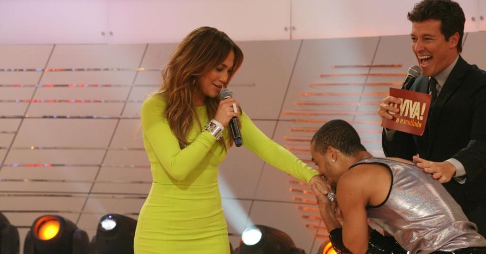 """Um fã beija a mão de Jennifer Lopez durante a gravação do programa """"O Melhor do Brasil"""" (26/3/2012)"""