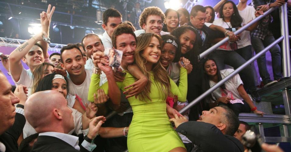 """Jennifer Lopez tira foto com a plateia durante a gravação do programa """"O Melhor do Brasil"""" (26/2/2012)"""