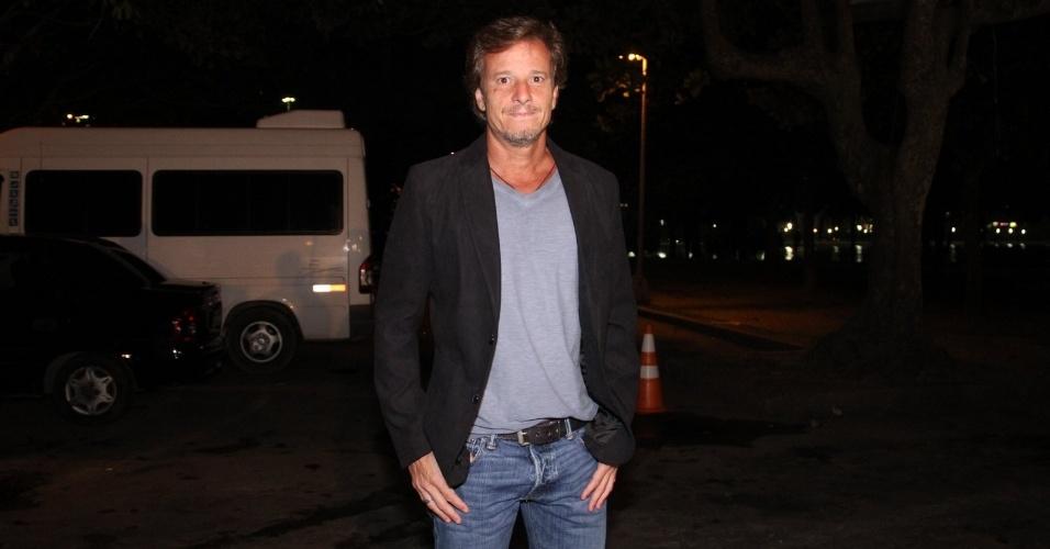 """Marcello Novaes chega para assistir ao primeiro capítulo de """"Avenida Brasil"""" em uma churrascaria no Rio (26/3/2012)"""