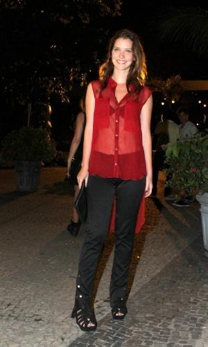 """Nathalia Dill se reúne com elenco de """"Avenida Brasil"""" em churrascaria do Rio (26/3/2012)"""