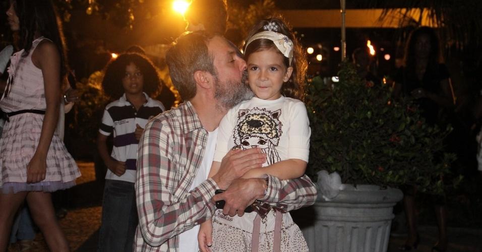 Ricardo Waddington posa ao lado da atriz infantil Mel Maia (26/3/2012)