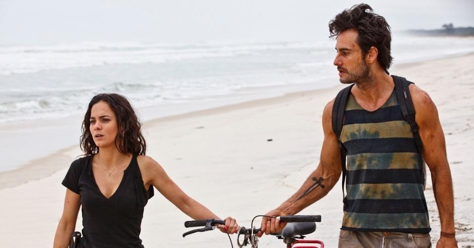 Mirtes não acredita no amor e só tem tempo para o trabalho, mas acaba no dia em que ela conhece o prisioneiro Carioca (Rodrigo Santoro) (maeço/2012)