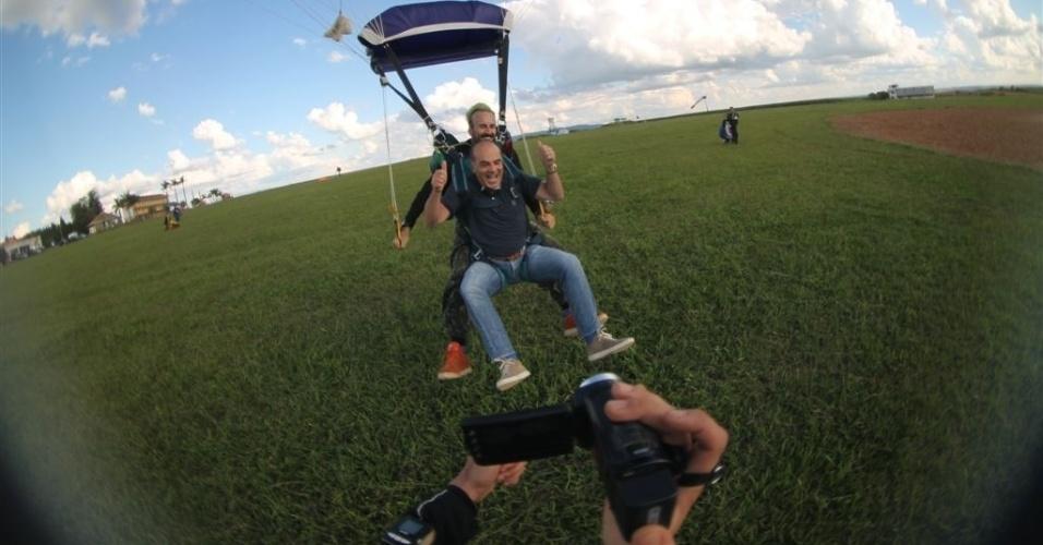 O apresentador e vice-presidente da RedeTV!, Marcelo de Carvalho, salta junto do paraquedista Gui Pádua
