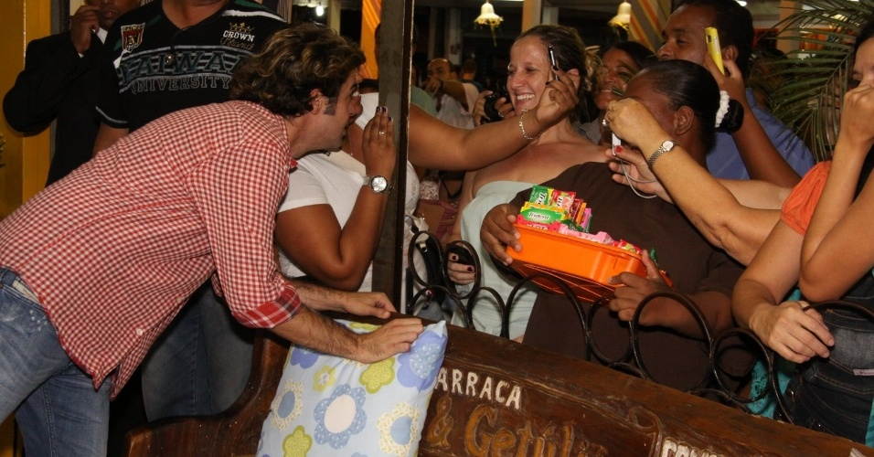 Bruno Mazzeo conversa com fãs na porta do restaurante Maria & Getúlio, na feira de São Cristóvão, no Rio (30/3/12)