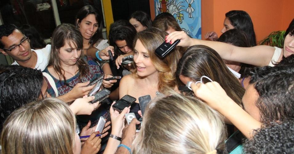 """Cláudia Abreu é cercada por repórteres durante evento para a imprensa da novela """"Cheias de Charme (30/3/12)"""