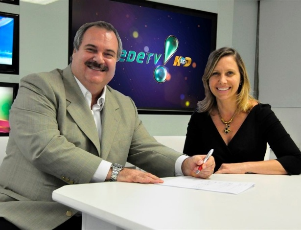 Gilberto Barros assina contrato com a RedeTV! ao lado da superintendente da emissora, Mônica Pimentel (29/3/12)