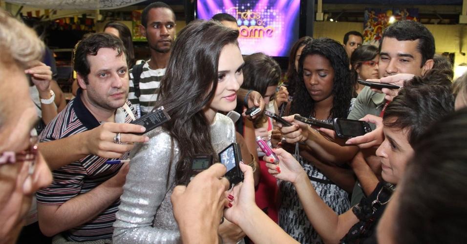 """Isabelle Drummond é cercada por repórteres durante evento para a imprensa da novela """"Cheias de Charme (30/3/2012)"""