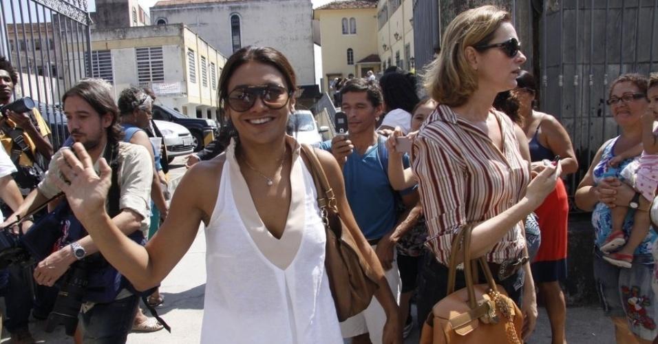 As atrizes Alexandra Richter (à dir.) e Dira Paes deixam a missa de sétimo dia de Chico Anysio (31/3/12)