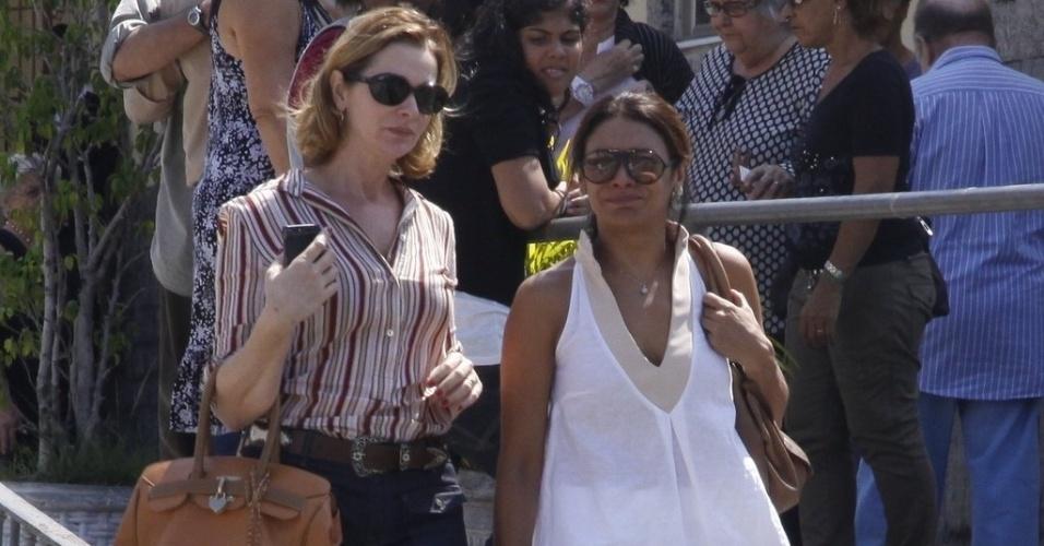 As atrizes  Alexandra Richter (à esq.) e Dira Paes deixam a missa de sétimo dia de Chico Anysio (31/3/12)