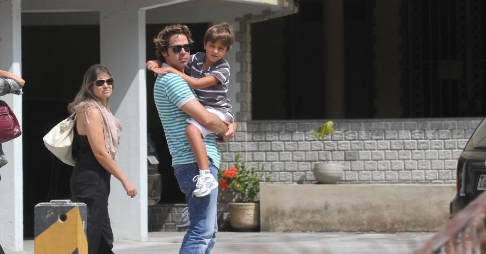 Bruno Mazzeo chega com o filho no colo, à missa de sétimo dia para seu pai, Chico Anysio,  na Igreja de São Francisco de Assis, no bairro do Rio Comprido, zona norte do Rio Janeiro (31/3/12)