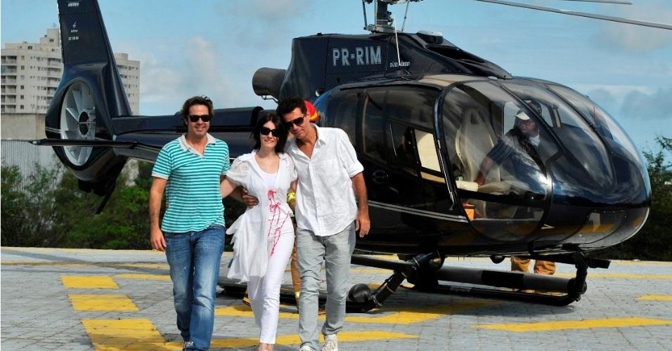 Bruno Mazzeo, Malga Di Paula e Nizo Neto sobrevoam o Projac no Rio de Janeiro para jogar as cinzas de Chico Anysio  no local, a pedido do humorista
