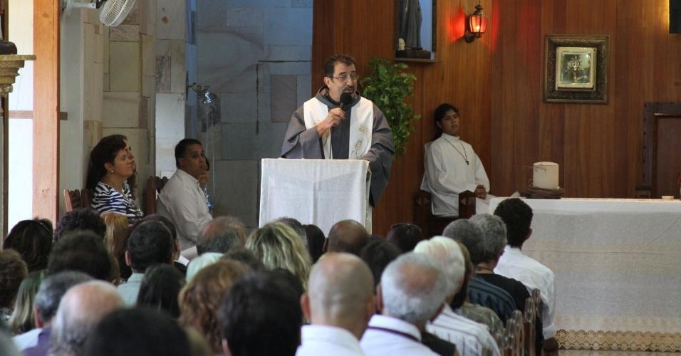 Frei Brás dá início a missa de sétimo dia do humorista Chico Anysio. A cerimônia acontece na Igreja de São Francisco de Assis, zona norte do Rio Janeiro (31/3/12