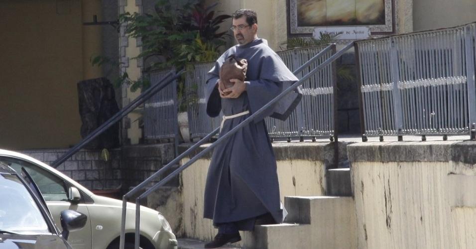 Frei Brás leva a urna com as cinzas de Chico Anysio até o carro de Malga. A viúva segue ao Projac, onde despejará parte das cinzas do humorista (31/3/12)