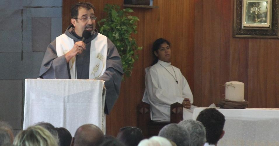 Frei Brás realiza missa de sétimo dia do humorista Chico Anysio. A cerimônia acontece na Igreja de São Francisco de Assis, zona norte do Rio Janeiro (31/3/12