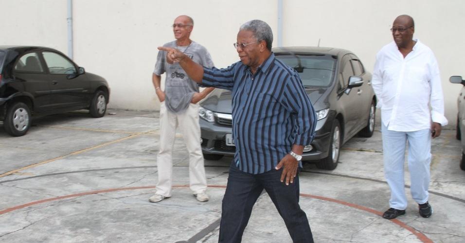 O ator Milton Gonçalves chega a Igreja de São Francisco de Assis para a missa de sétimo dia de Chico Anysio na zona norte do Rio Janeiro (31/3/12)