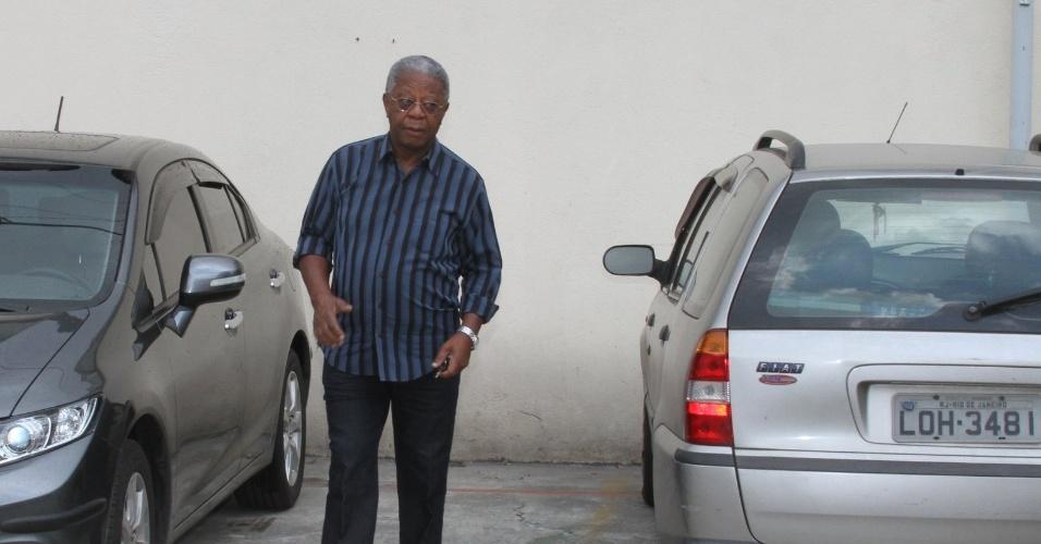 O ator Milton Gonçalves chega a Igreja de São Francisco de Assis paraa missa de sétimo dia de Chico Anysio na zona norte do Rio Janeiro (31/3/12)
