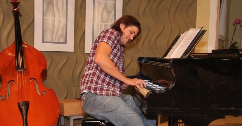 """Dado Dolabella brinca de tocar piano na coletiva de imprensa de """"Máscaras"""", no RecNov, zona oeste do Rio (3/4/2012)"""