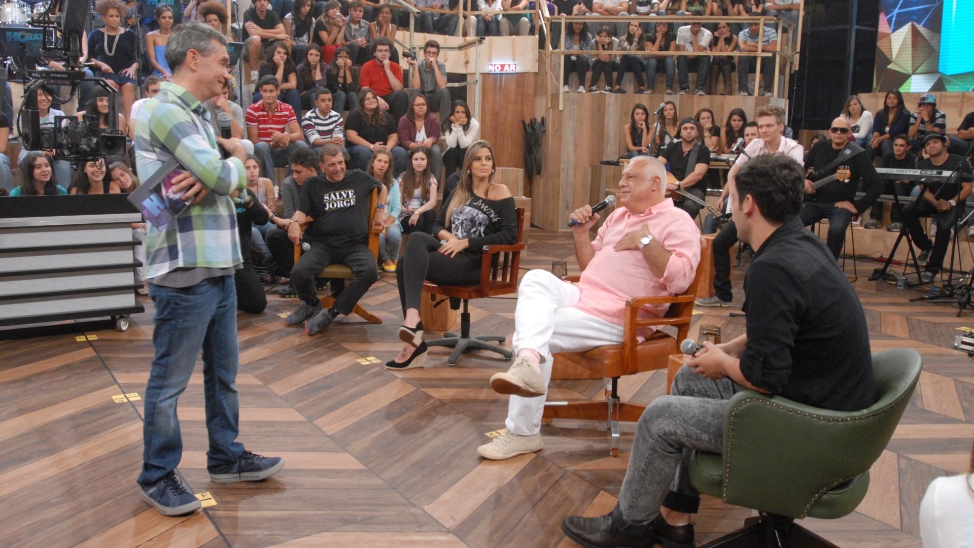 O apresentador Serginho Groisman recebe Jorge Fernando, Mari Paraíba, Antônio Fagundes e Bruno Fagundes na gravação do