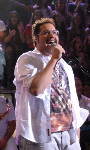 """O ator  Tiago Abravanel canta """"Não quero dinheiro"""" e """"Mamãe passou açúcar em mim"""" na gravação do """"Altas Horas"""" (4/4/12)"""