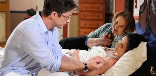 """Em cena de """"Máscaras"""", Décio (Petrônio Gontijo) aplica injeção em Maria (Miriam Freeland)"""