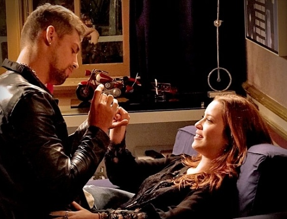 Jorginho pede Débora em casamento e Nina sofre ao ver a cena