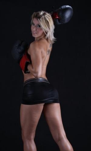 Panicat Thais Bianca aparece com luvas de boxe em ensaio sensual (9/4/12)
