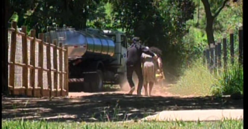 A babá da criança de Maria e Olívia estão no jardim da fazenda quando são surpreendidas por sequestradores. Eles levam a babá e os dois bêbes (o filho de Maria e o da própria babá)